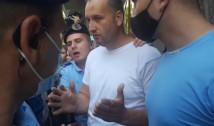 VIDEO. Plângere penală pentru agresiune și tentativă de tâlhărie după vizita lui Liviu Dragnea la DNA. Bătăușul cu capul spart, din tabăra pro-infractor, a încercat să smulgă camera video a unui jurnalist pe care l-a și lovit de mai multe ori