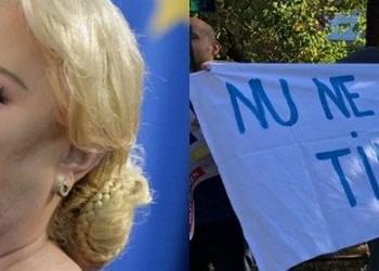 GALERIE FOTO Sătui de mizerabila guvernare PSD, mai mulți studenți au întâmpinat-o pe Viorica cu o serie de mesaje acide