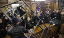 Revoltă violentă la Erevan – armenii au devastat Parlamentul și clădirile guvernamentale, înfuriați de încheierea acordului de pace semnat de premierul  Pashinyan și vor continuarea războiului cu azerii