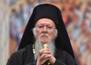 Oamenii Moscovei îl atacă din ce în ce mai violent pe Patriarhul Bartolomeu al Constantinopolului: un manechin cu chipul acestuia a fost incendiat la Kiev de o gașcă de rusofili. Un război vechi
