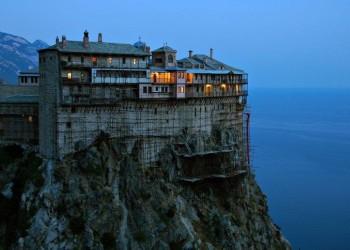 Situație dramatică la Muntele Athos. Peste jumătate din călugării trăitori pe Sfântul Munte au COVID-19