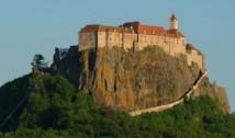 """UPDATE. Românii s-au apucat să """"demoleze"""" castelul din Riegersburg al prințului de Liechtenstein. Mii de recenzii negative lăsate pe Google riscă să afecteze serios afacerea nobilului care l-a ucis pe """"regele"""" Arthur"""