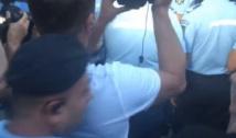 VIDEO Regimul milițienesc PSD. Un jandarm l-a bruscat pe Marian Ceaușescu la manifestația anti-MAI ce a avut loc în urma ororii de la Caracal