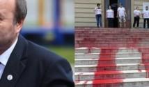 """FOTO și VIDEO. Protest cu """"sânge"""" împotriva lui Toader la Iași. Tudorel, bântuit de sinistroșeniile pe care le-a comis ca ministru al Justiției"""
