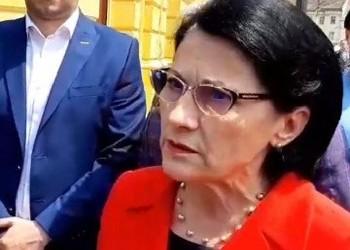 """VIDEO Ecaterina Andronescu, încolțită de protestatari la Sibiu: """"Cum a fost posibil ca un copil de 3 ani să moară în rahat?!"""""""