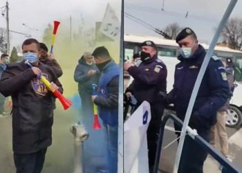 """VIDEO. UPDATE. Tensiuni uriașe între polițiști și jandarmi la Palatul Cotroceni. S-a aruncat cu fumigene și cele două tabere au fost aproape de o încăierare. Polițist: """"Este intimidare și abuz în serviciu! O să facem plângere la Parchet"""""""
