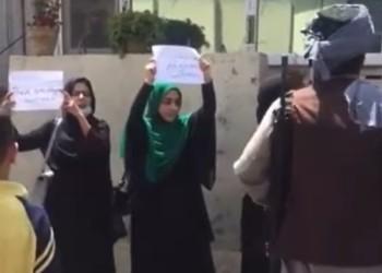VIDEO Imaginile curajului: Câteva femei protestează la Kabul contra talibanilor