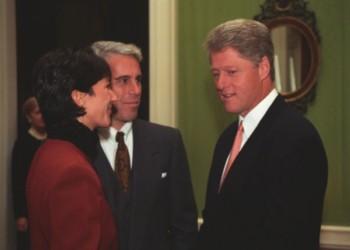 GRUPAJ FOTO: Dovada că pedofilul Jeffrey Epstein și traficanta de minore Ghislaine Maxwell au fost apropiații președintelui Bill Clinton, fiind chiar oaspeții lui, la Casa Albă. Insula exotică