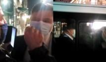 """VIDEO Actorul Costel Cașcaval a cedat nervos: geamul mașinii în care se afla Rafila, lovit cu palma. """"Pui de securist!"""""""