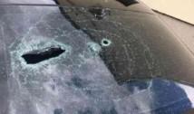 Pandemia Covid-19: Jandarmii, ATACAȚI cu răngi, bâte și pietre de romi! Un jandarm rănit, în timp ce mașina a fost vandalizată