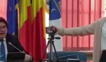 VIDEO Primarul Robu și-a bătut joc de o angajată, folosind-o pe post de suport de trepied pentru telefon