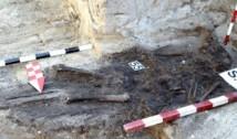 Grupaj FOTO: Misterul sicriului fără schelet din cimitirul lagărului de exterminare Periprava. 55 de morminte ale foștilor deținuți politici au fost identificate de arheologi. Genocidul comunist