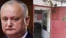 FOTO explicite: Au aruncat pungi cu excremente în sediul lui Dodon! Moldovenii au atacat un sediu al PSRM cu pungi pline cu fecale. Unele au împodobit zidurile, alta a explodat într-un birou