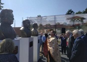 """FOTO Culmea penibilului: Criticul-academician Eugen Simion și-a inaugurat propria statuie și a adus popi să o """"sfințească"""". În urmă cu 20 de ani același Simion s-a autopremiat la Academie. Urmează Manolescu, Chifu, Voncu?"""